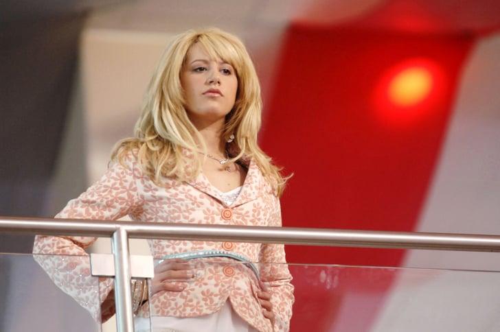 Sharpay Evans viendo desde las escaleras a sus amigos en High School Musical