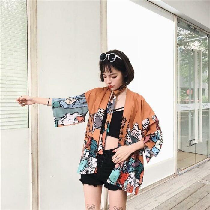 Chica usando kimono naranja con dibujos de olas; 13 Ideas para usar un kimono como Sailor Mars