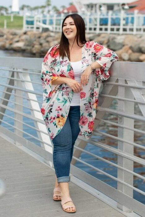 Chica con kimono blanco y flores rojas; 13 Ideas para usar un kimono como Sailor Mars