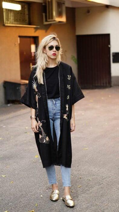 Girl in a black kimono and golden threads; 13 Ideas to wear a kimono like Sailor Mars
