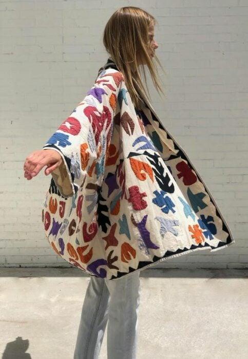 Chica llevando un kimono con bordados; 13 Ideas para usar un kimono como Sailor Mars