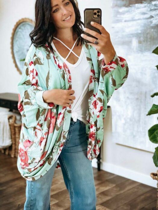 Girl in a mint kimono and flowers; 13 Ideas to wear a kimono like Sailor Mars
