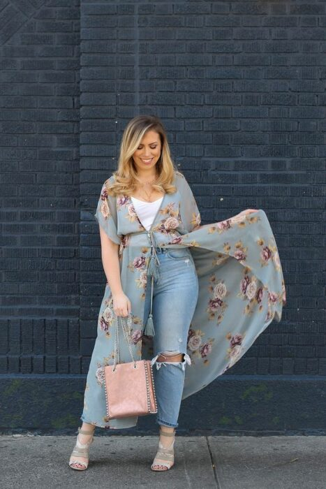 Curvy girl wearing a kimono with ripped jeans; 13 Ideas to wear a kimono like Sailor Mars