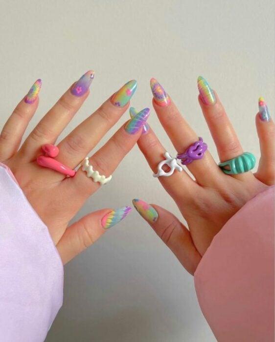 manicura en tonos pastel con llamas y líneas ;13 Manicuras para sumarte a la tendencia 'pic and mix'