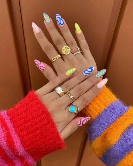 manicura con líneas de colores y nubes;13 Manicuras para sumarte a la tendencia 'pic and mix'