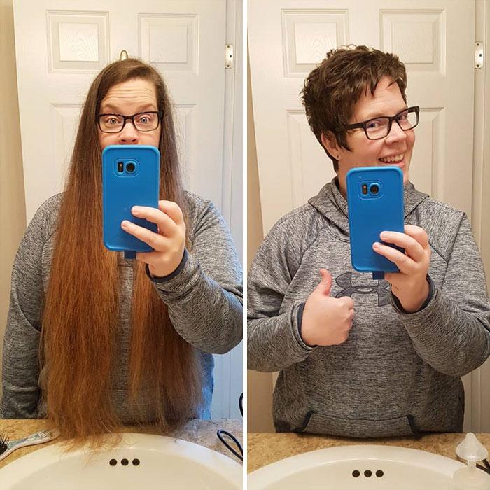 mujer con sudadera gris frente al espejo antes y después de cortar su cabello para donarlo