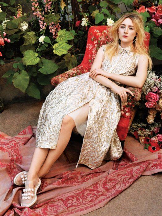 Saoirse Ronan sentada en un sofá; 15 Celebridades menores de 30 que son las futuras promesas de Hollywood
