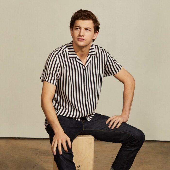 Tye Sheridan sentado sobre un cubo de madera; 15 Celebridades menores de 30 que son las futuras promesas de Hollywood