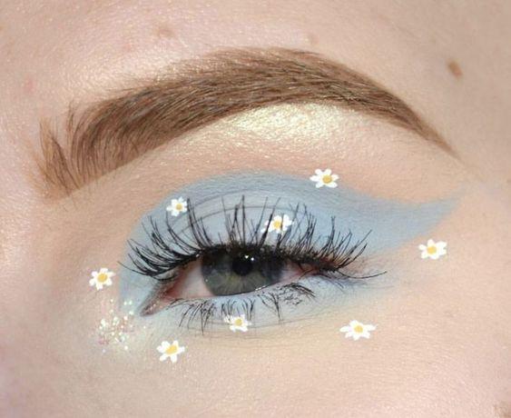 chica con sombra azul en los ojos y delineado decorativo con flores;  Delineados con flores para una mirada llena de color