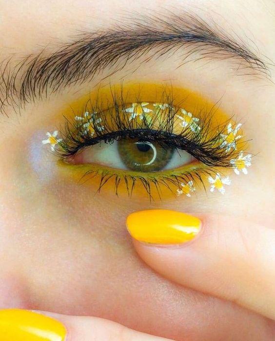 Delineado en tono amarillo decorado con margaritas blancas;  Delineados con flores para una mirada llena de color
