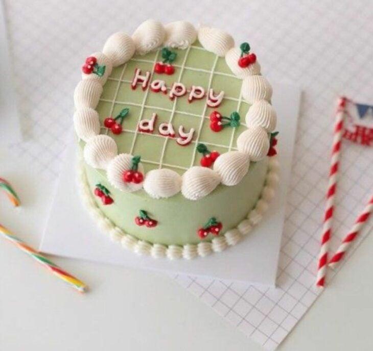 Pastel de matcha con decorado de cerezas; 15 Pasteles para celebrar tu cumple con un toque cute