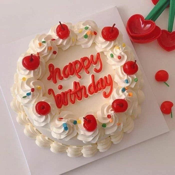 Pastel de vainilla ocn fresas decorado con cerezas; 15 Pasteles para celebrar tu cumple con un toque cute