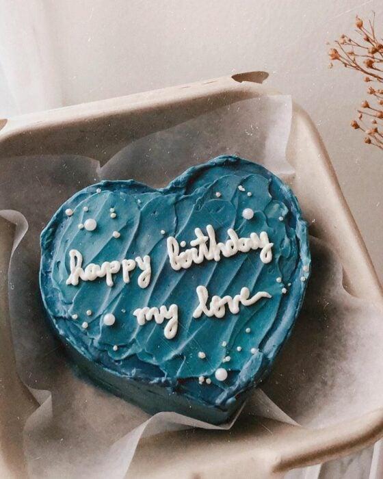 Pastel en forma de corazón con betún azul marino; 15 Pasteles para celebrar tu cumple con un toque cute