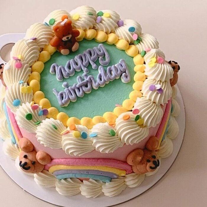 Pastel de vainilla con betún alto; 15 Pasteles para celebrar tu cumple con un toque cute