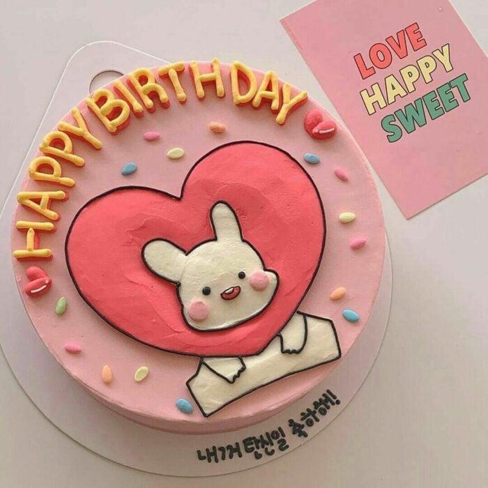 Pastel de fresa decorado con un conejito; 15 Pasteles para celebrar tu cumple con un toque cute