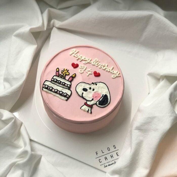 Pastel de fresa decorado con un Snoopy; 15 Pasteles para celebrar tu cumple con un toque cute