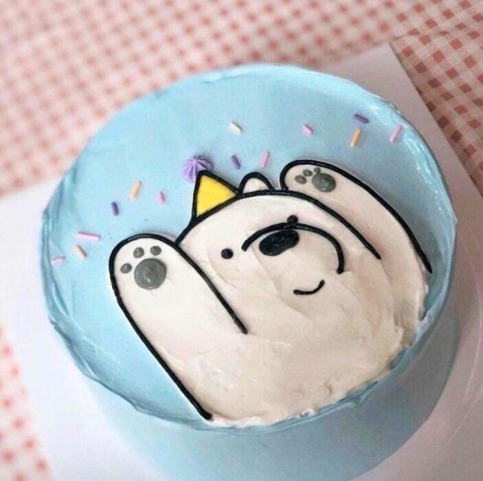 Pastel de mora decorado con un osos escandaloso; 15 Pasteles para celebrar tu cumple con un toque cute