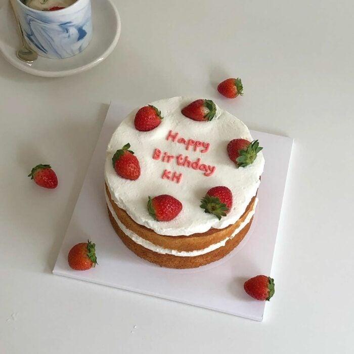 Pastel de dos pisos con fresas grandes; 15 Pasteles para celebrar tu cumple con un toque cute