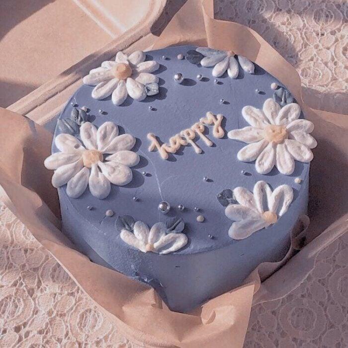 Pastel dezarzamora con flores blancas; 15 Pasteles para celebrar tu cumple con un toque cute