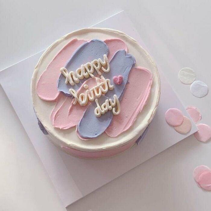 Pastel de vainilla decorado con pínceladas de betún de frutos rojos; 15 Pasteles para celebrar tu cumple con un toque cute