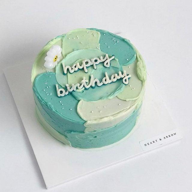 Pastel de menta con matcha decorado con betún de crema; 15 Pasteles para celebrar tu cumple con un toque cute