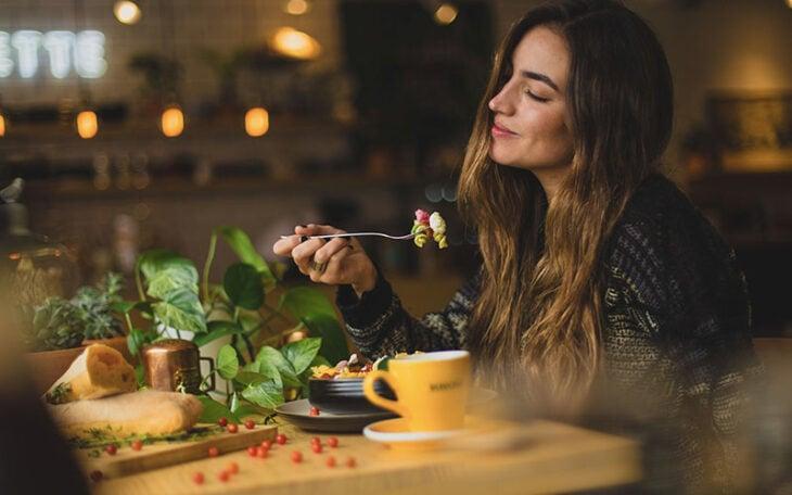 Chica comiendo vegetales sola; 5 Alimentos para aumentar tus glúteos sin sacrificio alguno