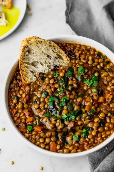 Sopa de lentejas con pan tostado; 5 Alimentos para aumentar tus glúteos sin sacrificio alguno