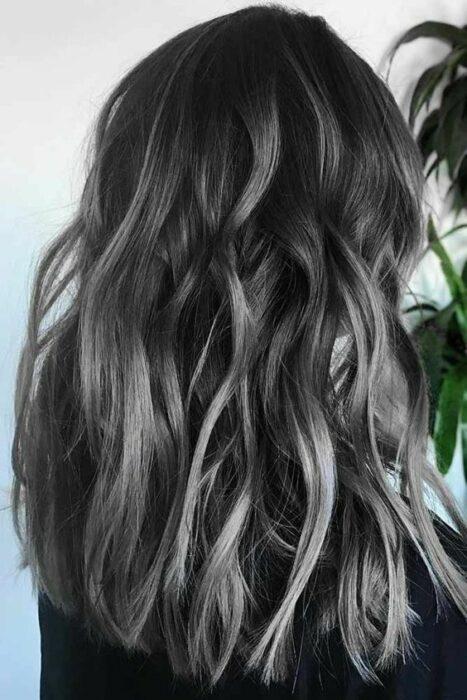 CHICA CON CABELLO TEÑIDO ESTILO CARBÓN; 7 Técnicas para llevar un toque platinado en tu cabellera