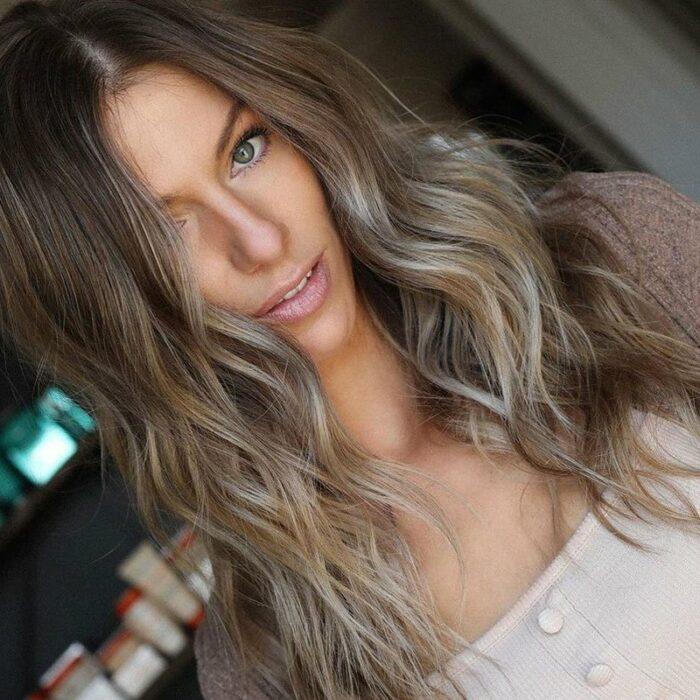 chica con cabello teñido en mechas; 7 Técnicas para llevar un toque platinado en tu cabellera