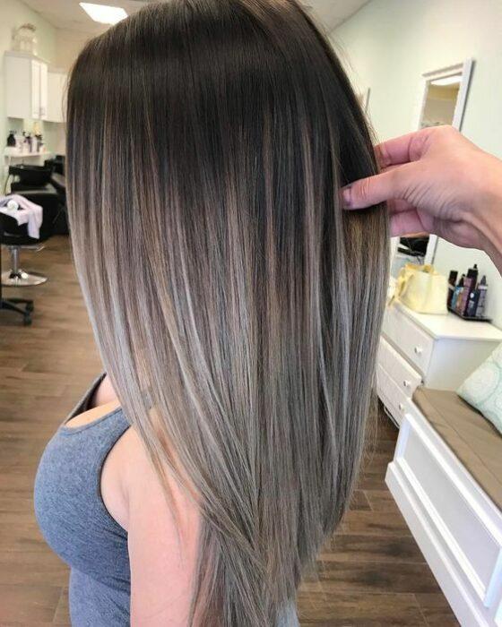 chica con cabello teñido en efecto luces platinadas; 7 Técnicas para llevar un toque platinado en tu cabellera