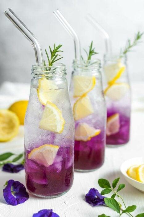 Vasos con agua de lila y rodajas de limón; 7 Tips infalibles para acabar con esa papada de una vez por toda
