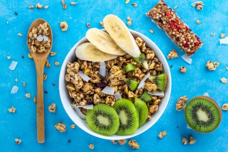 Tazón con fibra, kiwi y plátano; 7 Tips infalibles para acabar con esa papada de una vez por toda