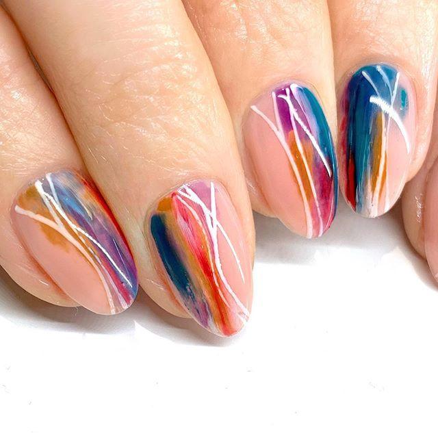 manicura estilo almendra con líneas de colores