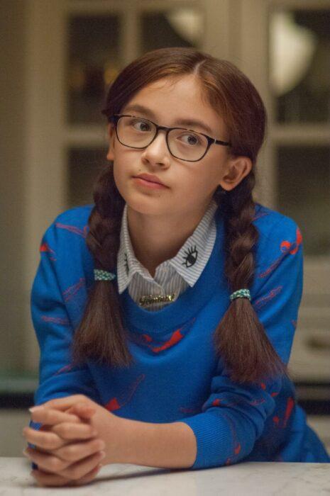 Kitty de la serie A todos los chicos usando un suéter de color azul