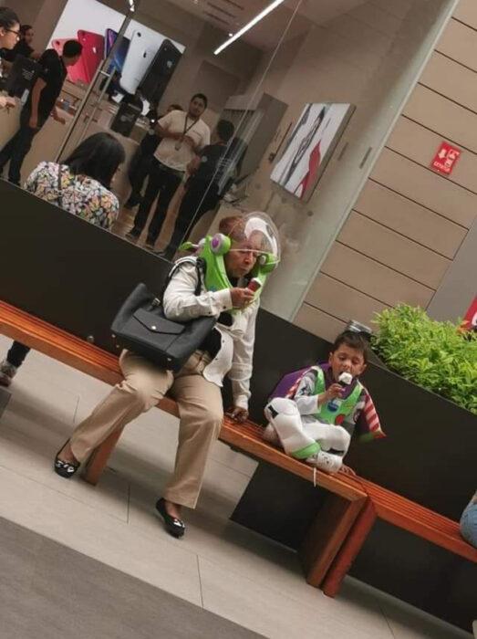 Abuela y su nieto vestidos de Buzz lightyear comiendo helado