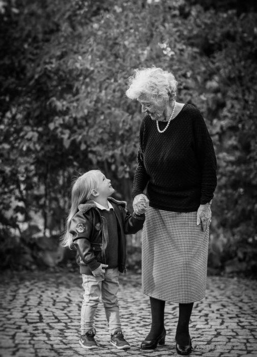 Abuela y su nieta caminando de la mano