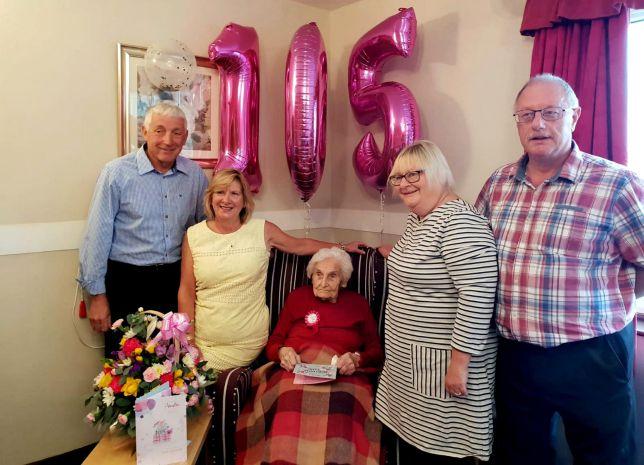 Abuelita celebrando su cumpleaños 105 junto a sus familiares y amigos
