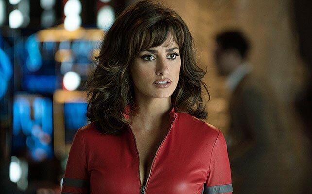 Penelope Cruz usando un traje rojo en la película Zoolander 2