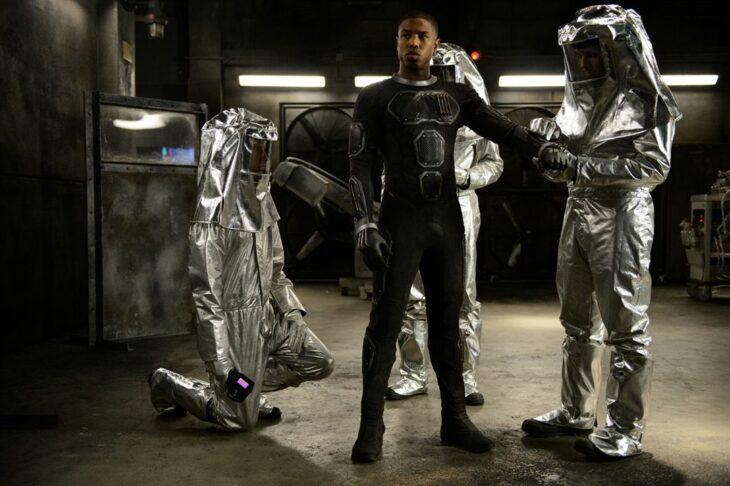 Michael B. Jordan en Los cuatro fantásticos vistiéndose como un astronauta
