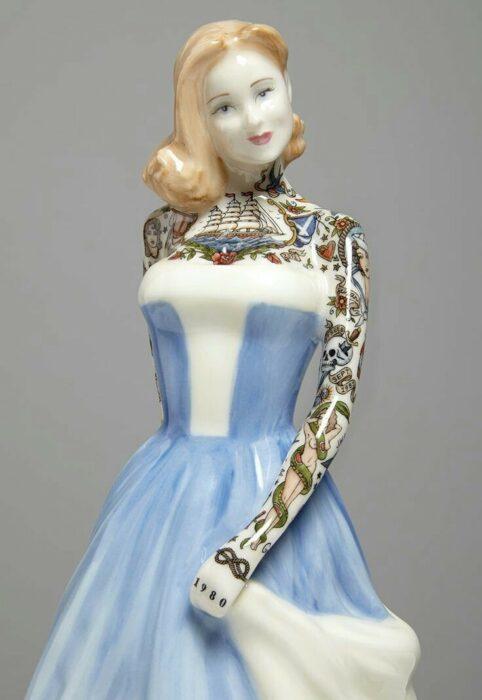 Muñeca de porcelana con vestido azul cielo teñida con tatuajes por Jessica Harrinson; Artista agrega tatuajes a muñecas de porcelana y se ven hermosas