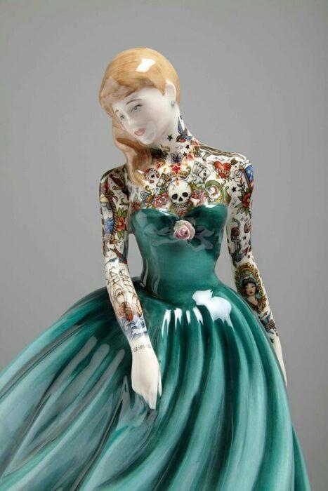 Muñeca de porcelana con vestido verde teñida con tatuajes por Jessica Harrinson; Artista agrega tatuajes a muñecas de porcelana y se ven hermosas