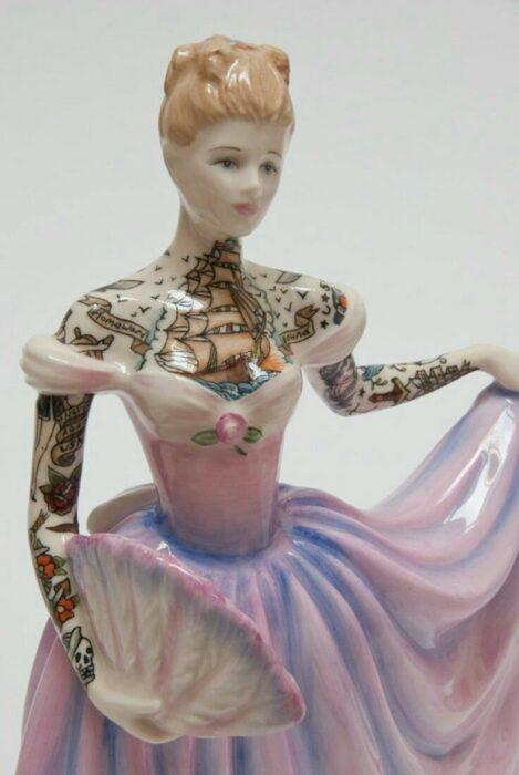 Muñeca de porcelana con vestido lila y rosa  teñida con tatuajes por Jessica Harrinson; Artista agrega tatuajes a muñecas de porcelana y se ven hermosas