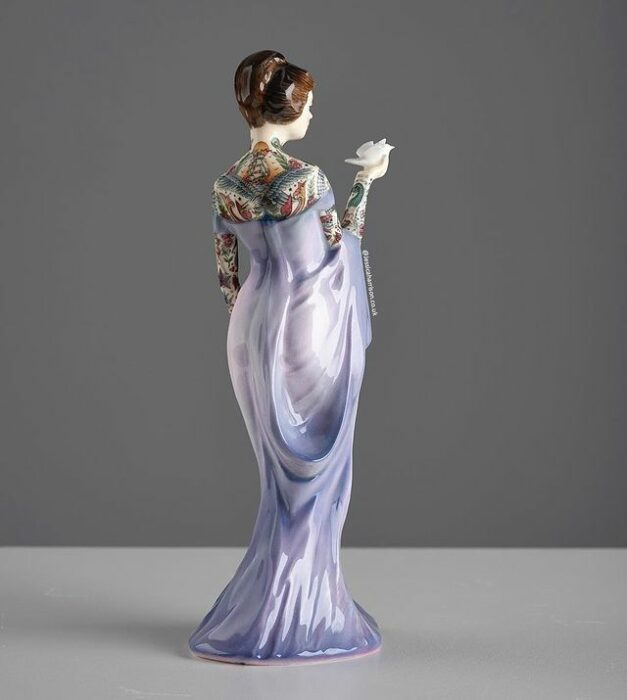 Muñeca de porcelana con vestido lila teñida con tatuajes por Jessica Harrinson; Artista agrega tatuajes a muñecas de porcelana y se ven hermosas