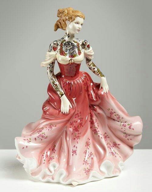 Muñeca de porcelana con vestido rojo teñida con tatuajes por Jessica Harrinson; Artista agrega tatuajes a muñecas de porcelana y se ven hermosas