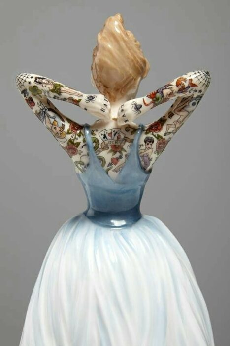 Muñeca de porcelana con vestido grisáceo teñida con tatuajes por Jessica Harrinson; Artista agrega tatuajes a muñecas de porcelana y se ven hermosas