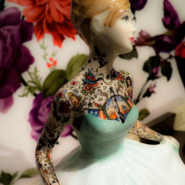 Muñeca de porcelana con vestido verde menta teñida con tatuajes por Jessica Harrinson; Artista agrega tatuajes a muñecas de porcelana y se ven hermosas