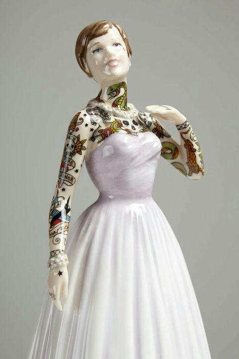 Muñeca de porcelana con vestido rosado teñida con tatuajes por Jessica Harrinson; Artista agrega tatuajes a muñecas de porcelana y se ven hermosas