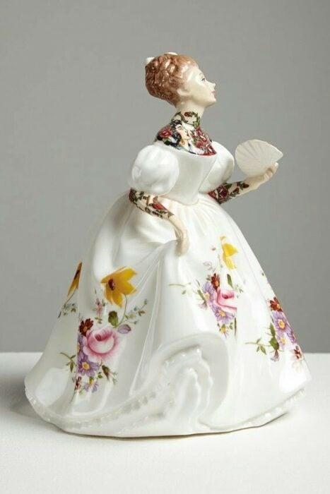 Muñeca de porcelana con vestido blanco teñida con tatuajes por Jessica Harrinson; Artista agrega tatuajes a muñecas de porcelana y se ven hermosas