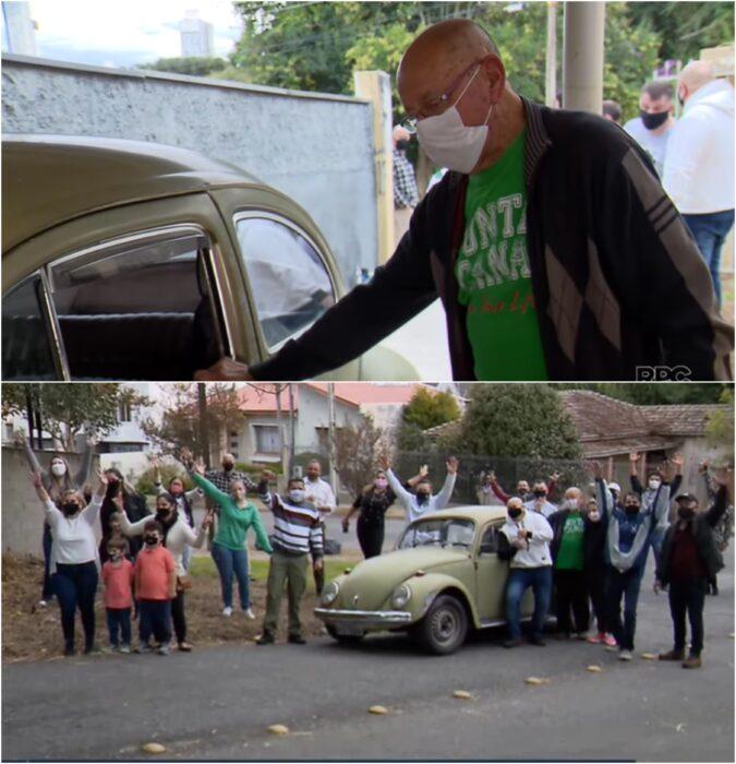 Maestro abriendo la puerta de un coche obsequiado por sus alumnos