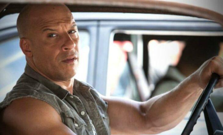 Escena de Rapido y Furioso. Toretto conduciendo sin ver a los otros
